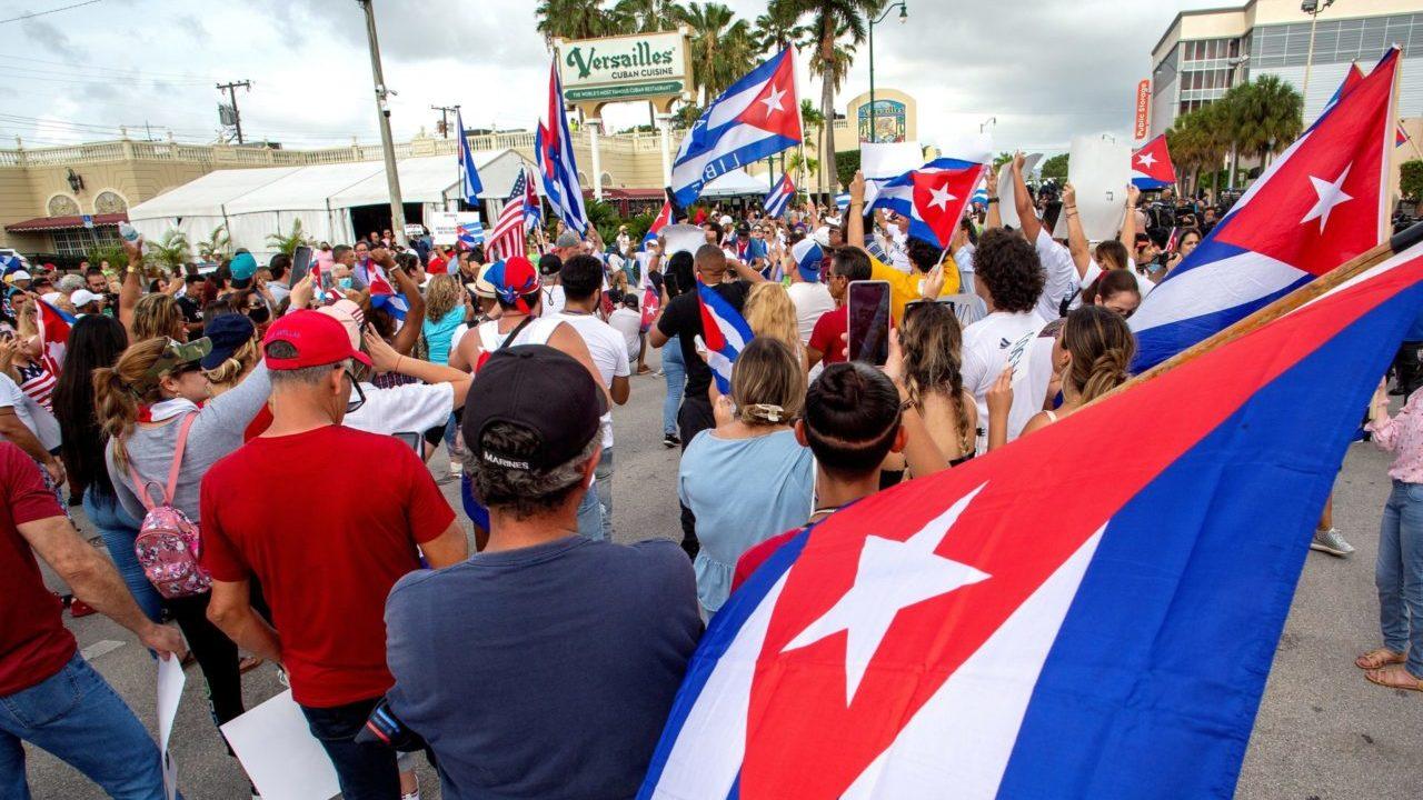 EU podría aliviar la prohibición de remesas como parte de una revisión sobre Cuba: fuentes