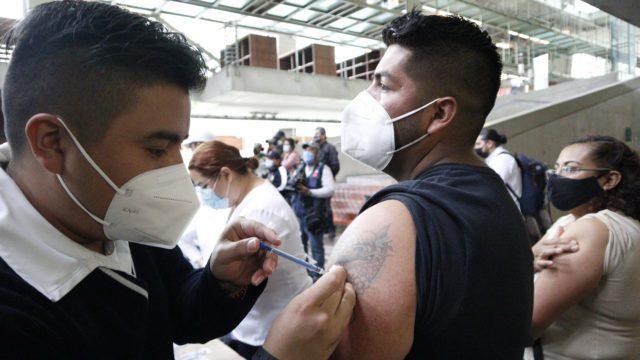 Vacunación en la Ciudad de México. Foto: Reuters