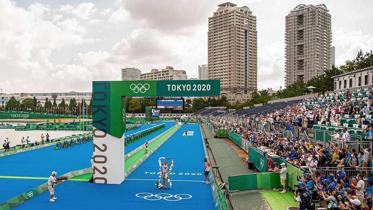 Multitudes de aficionados al triatlón de Japón desafían prohibición de espectadores en los Juegos