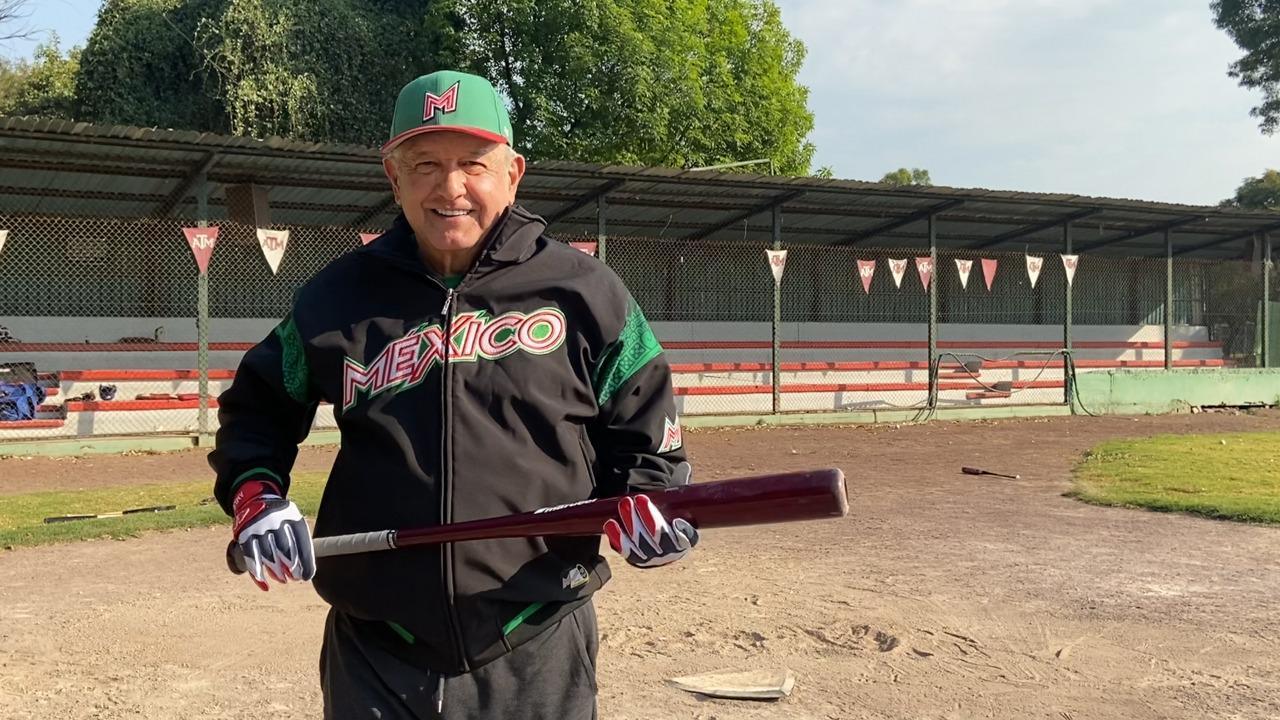 AMLO sufre un 'pequeño desgarre' jugando a beisbol