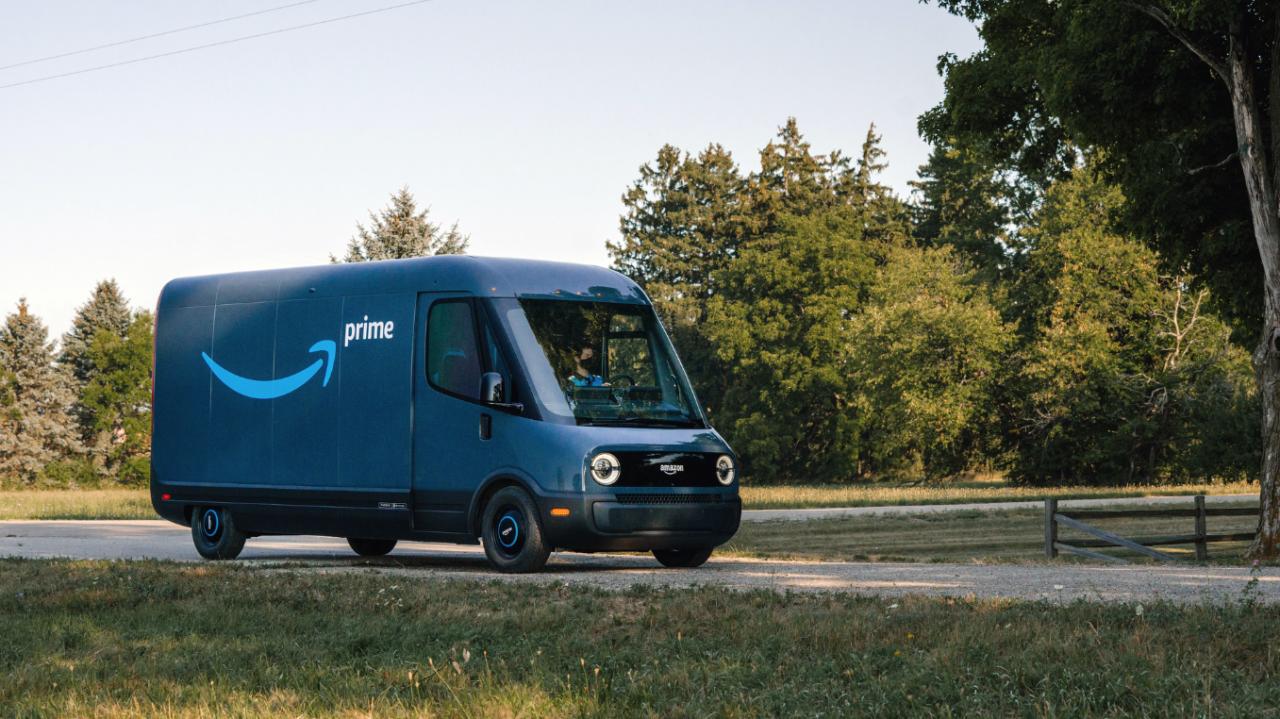 Revelan la nueva flota de camionetas eléctricas de reparto de Amazon