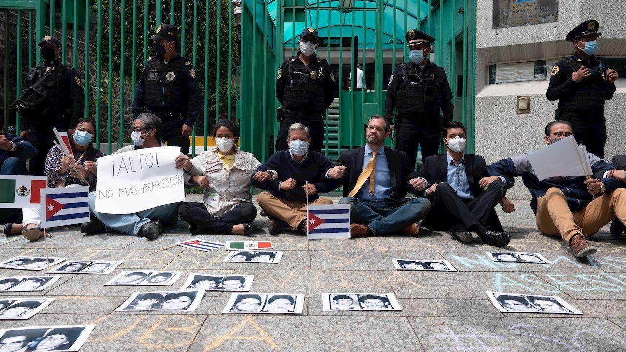 Funcionarios de la Embajada de Cuba en México se enfrentan a manifestantes
