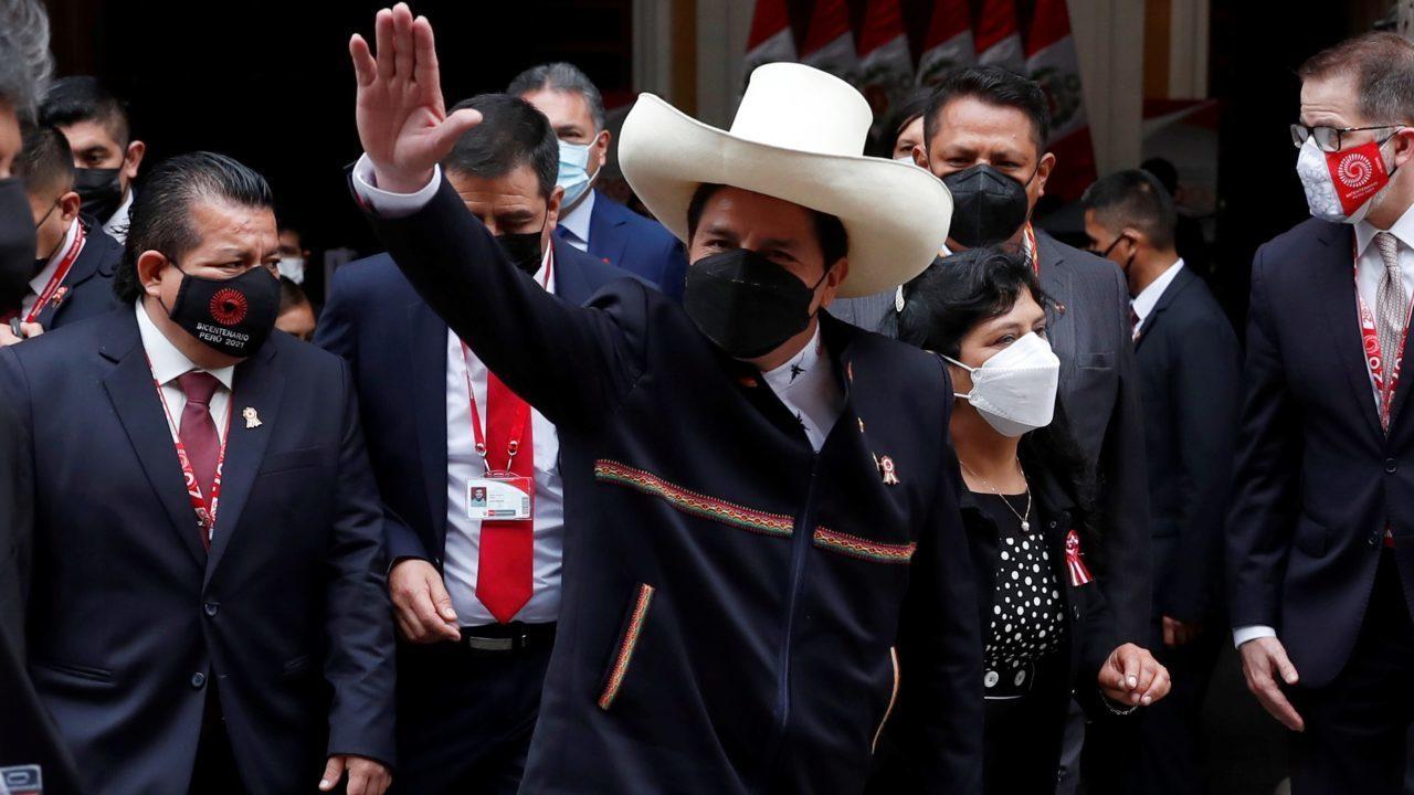 Castillo promete grandes reformas y respetar la propiedad privada al asumir en Perú