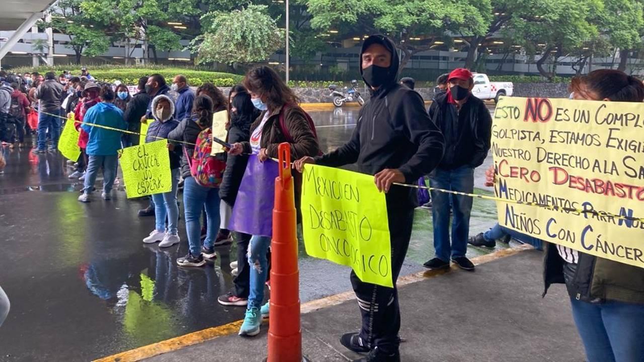 Padres de niños con cáncer denuncian a López-Gatell por genocidio