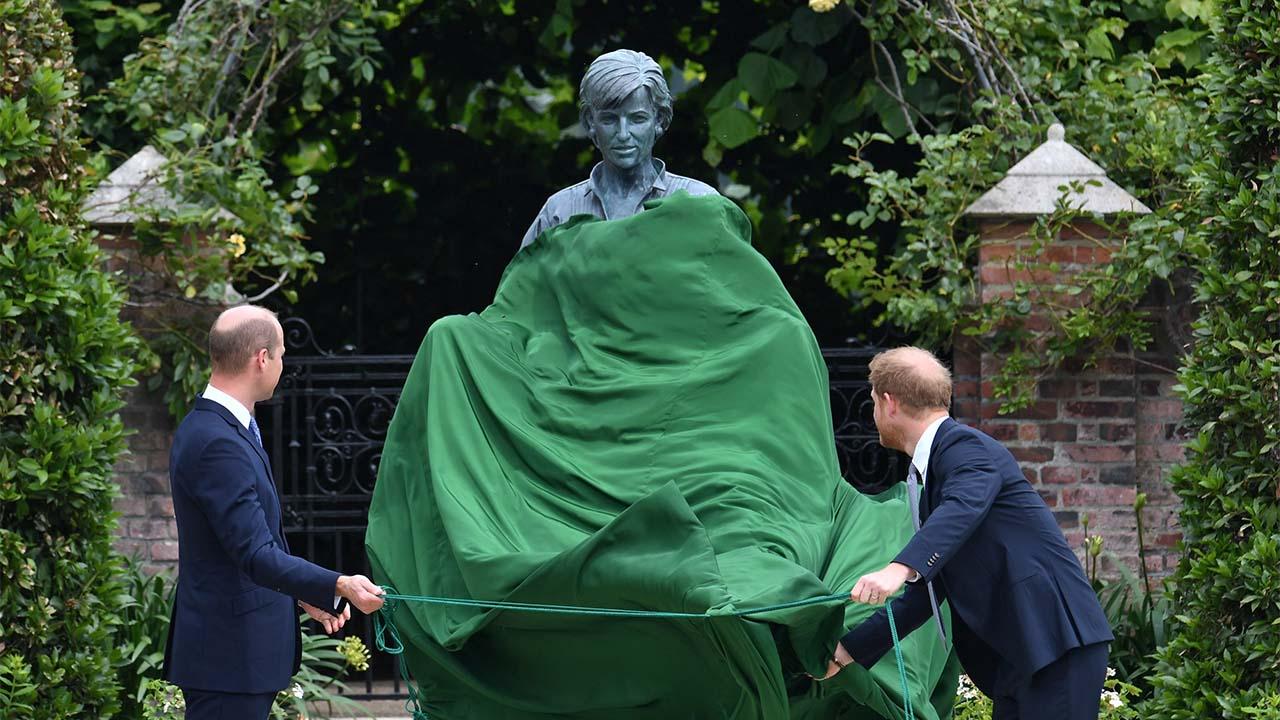 Príncipes William y Harry inauguran estatua de Diana en su cumpleaños 60