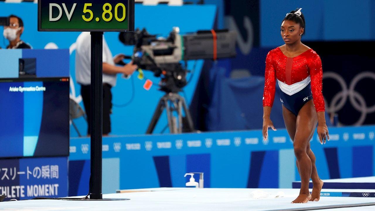 Simone Biles abandona prueba de gimnasia por equipos en Tokio