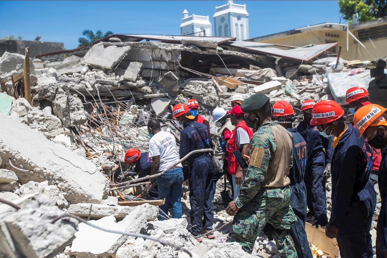 Suman mil 297 muertos en Haití tras terremoto