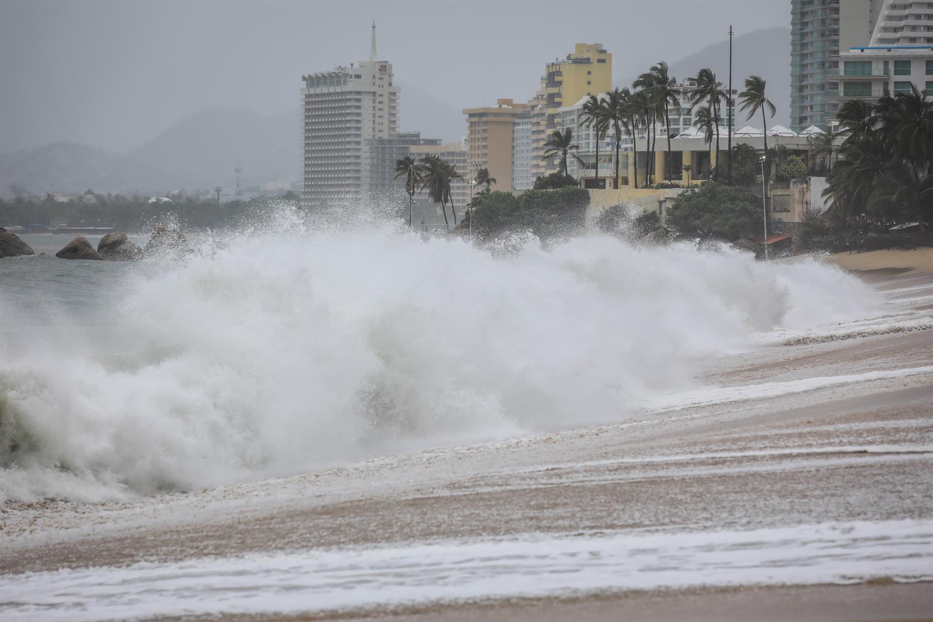 Nora se intensifica a huracán categoría 1; alerta en Jalisco, Nayarit y BCS