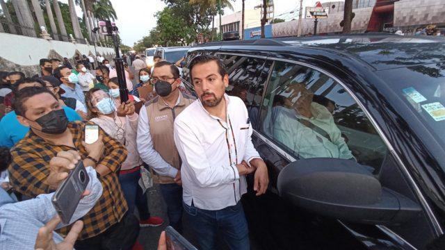 Un integrante de la Ayudantía de López Obrador. Foto: EFE