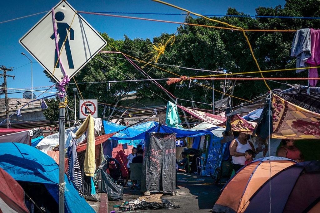 """Migrantes y activistas temerosos de la reactivación de """"Permanecer en México"""""""