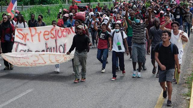 Una caravana de migrantes haitianos sale desde el sur de México en dirección a EE.UU.