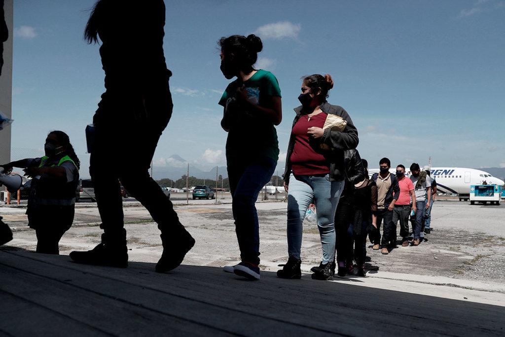 México deporta a migrantes guatemaltecos