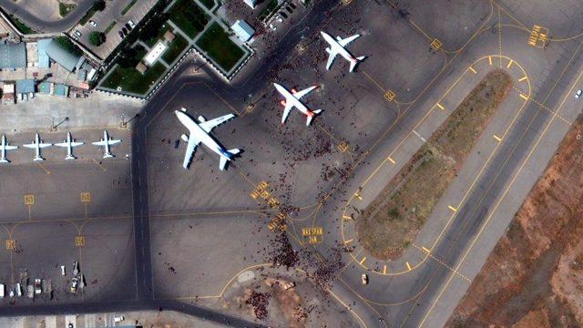 Afganistán talibanes vista aerea aeropuerto Kabul