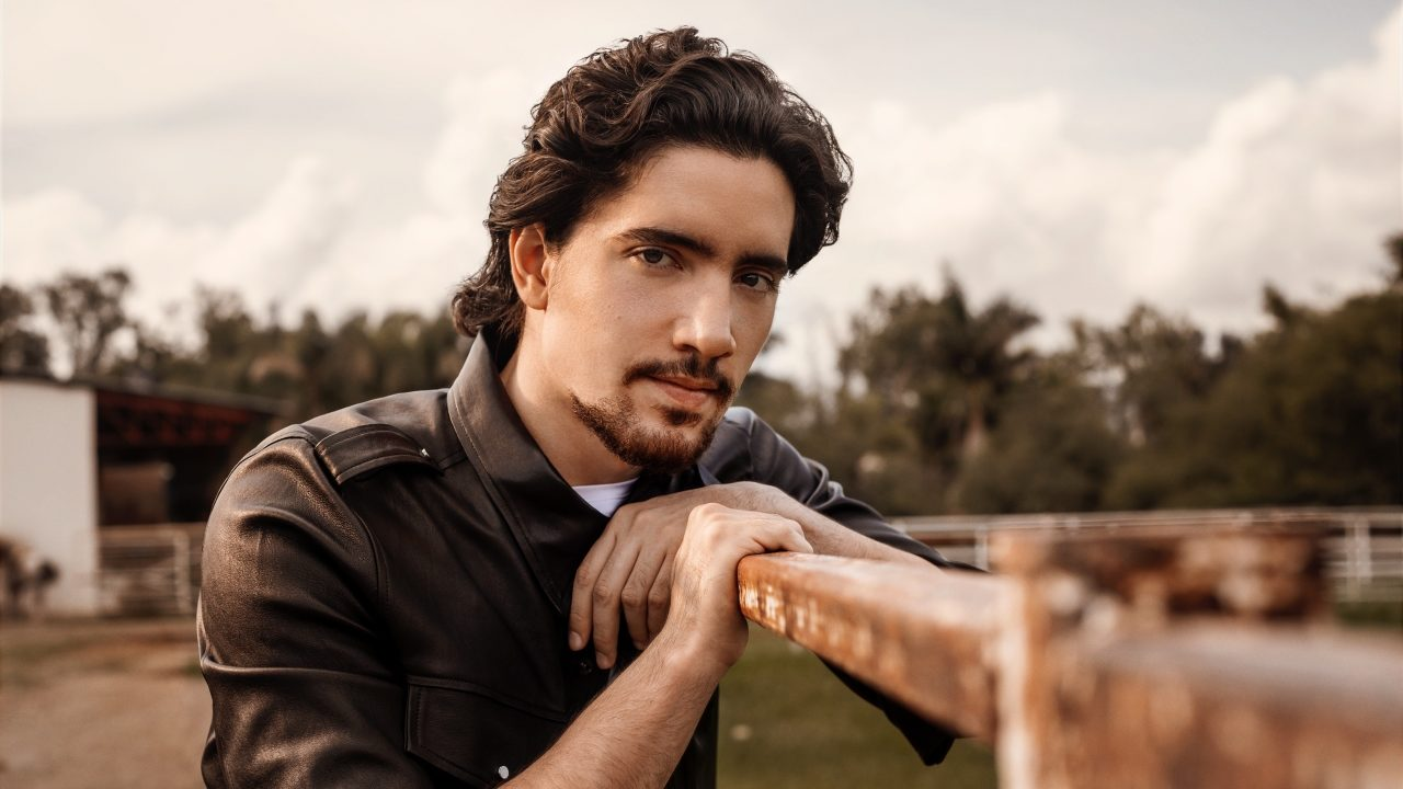 'Buscando el Olvido': la renovación del mariachi en voz de Alex Fernández
