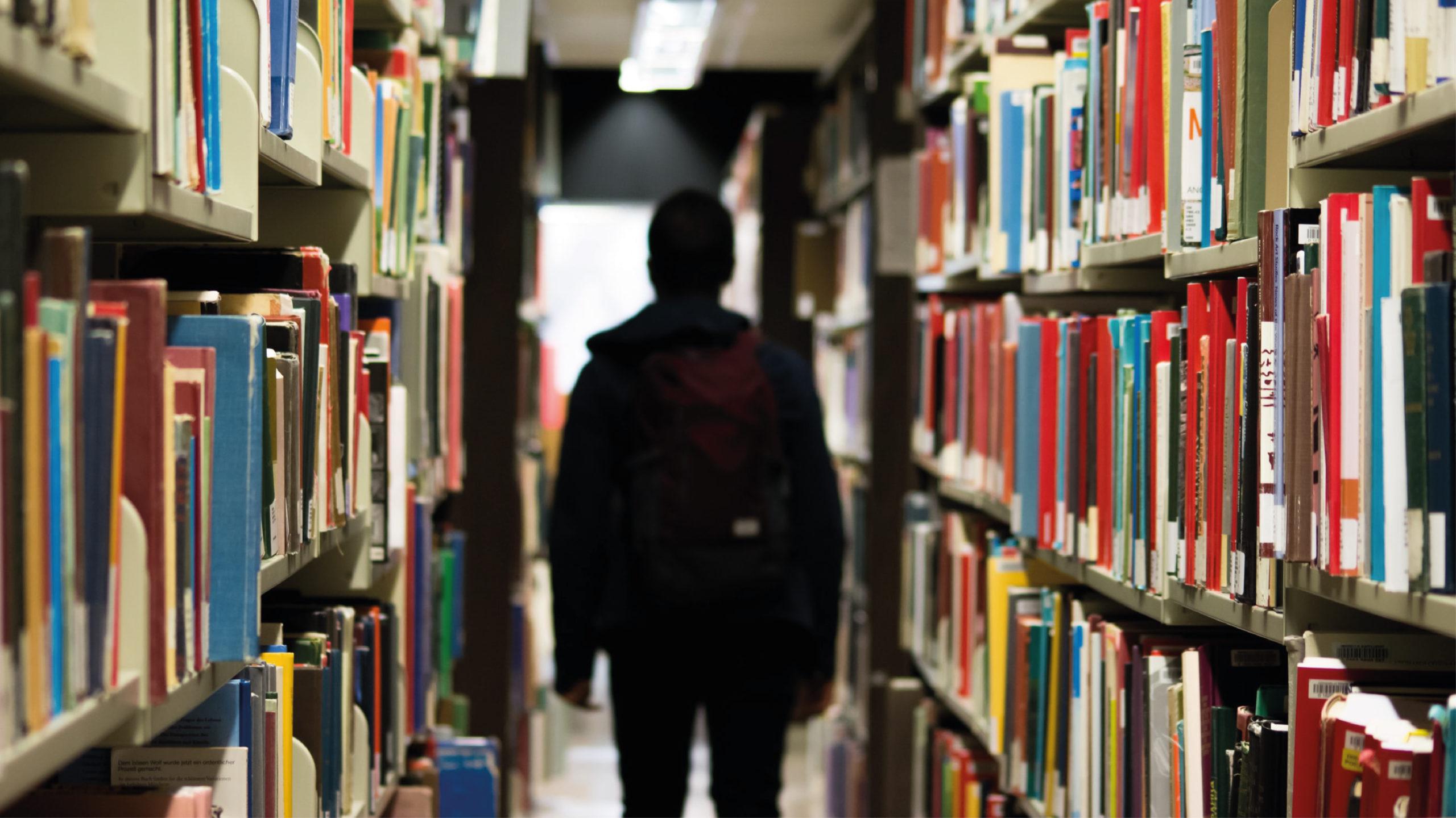Estudiantes internacionales entran a universidades de EU, pero batallan por su visa