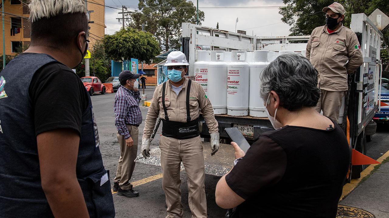 Fotogalería | Decidimos comprar el gas Bienestar para probar si están llenos: vecinos de Iztapalapa