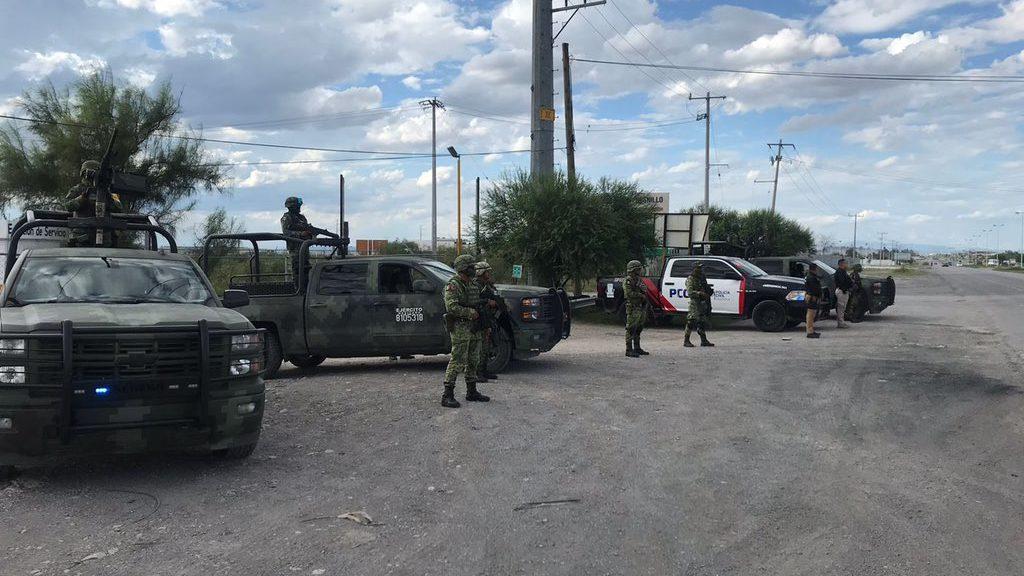 Sicarios en 30 camionetas se enfrentan a policías de Coahuila