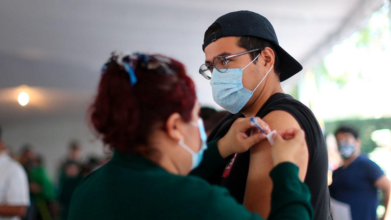 AMLO llama a vacunarse y a regresar a clases presenciales en universidades