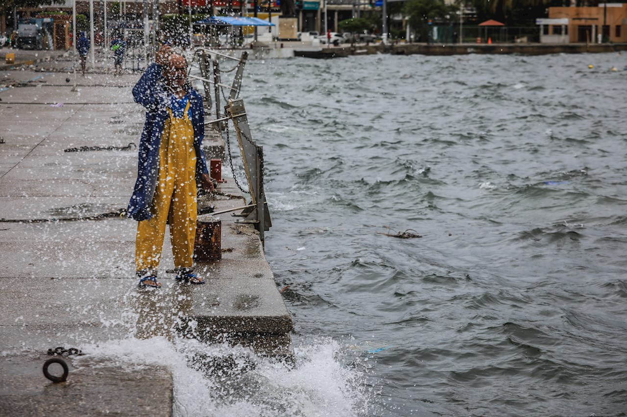 Nora se desplaza en paralelo a costa de México, causa daños por torrenciales lluvias