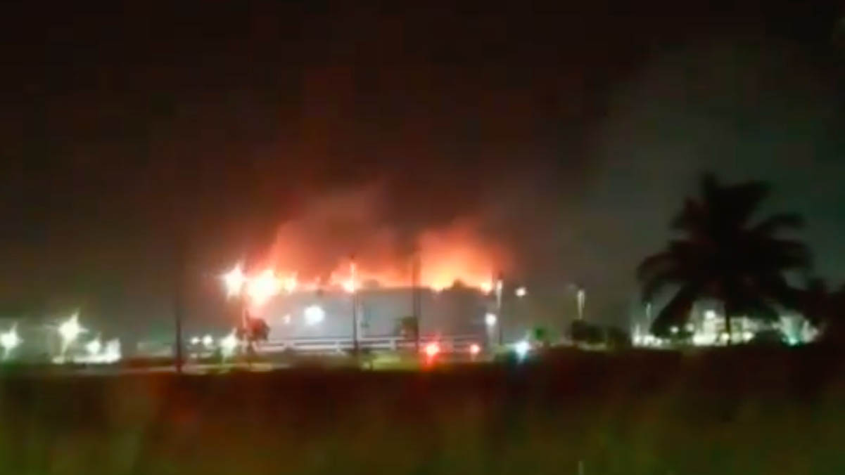 Pemex controla incendio en tanque de almacenamiento de Dos Bocas
