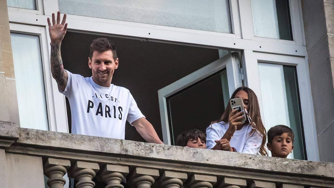 El PSG despliega su alfombra roja: Messi pasa la revisión médica y visita el estadio