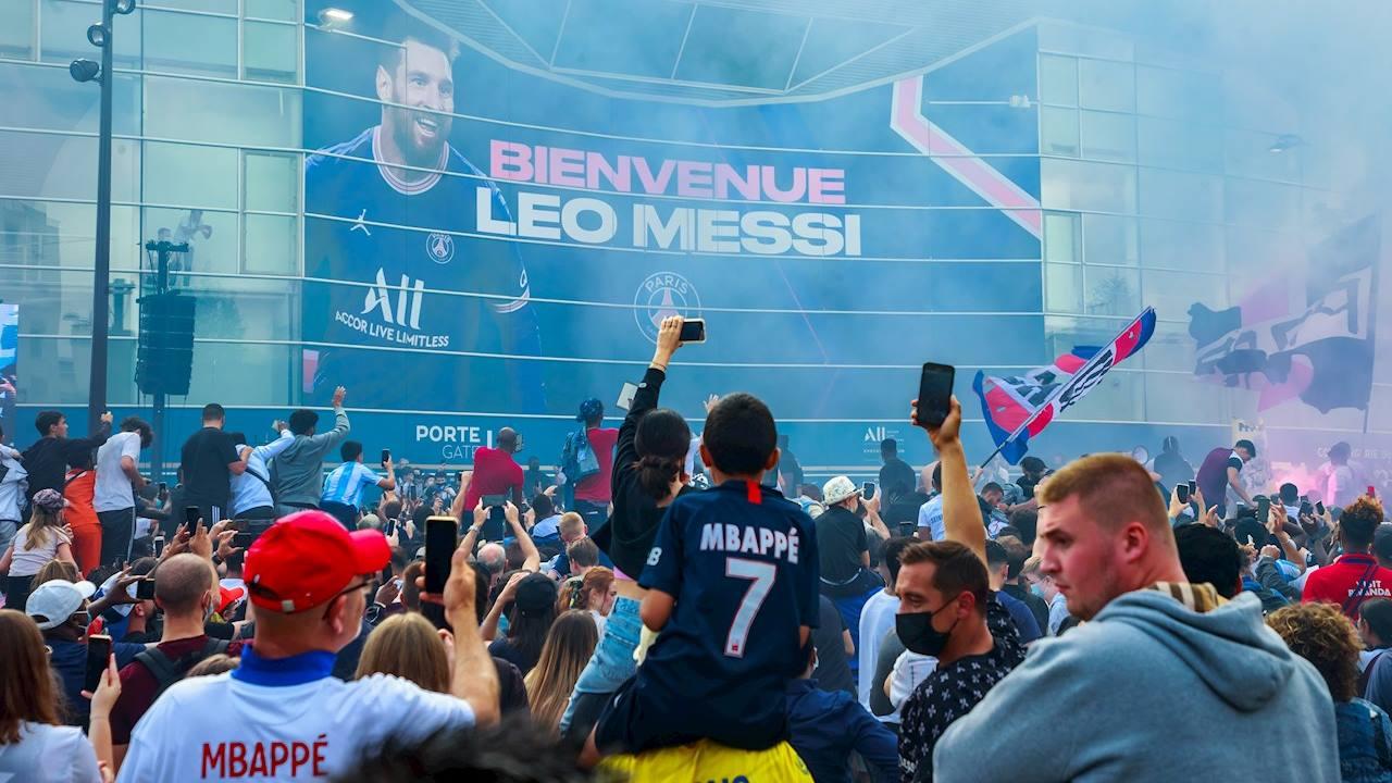 Messi mueve multitudes en París; cientos corren a comprar su playera