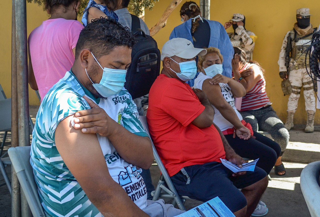 Migrantes en campamento de Tijuana reciben vacuna contra Covid-19