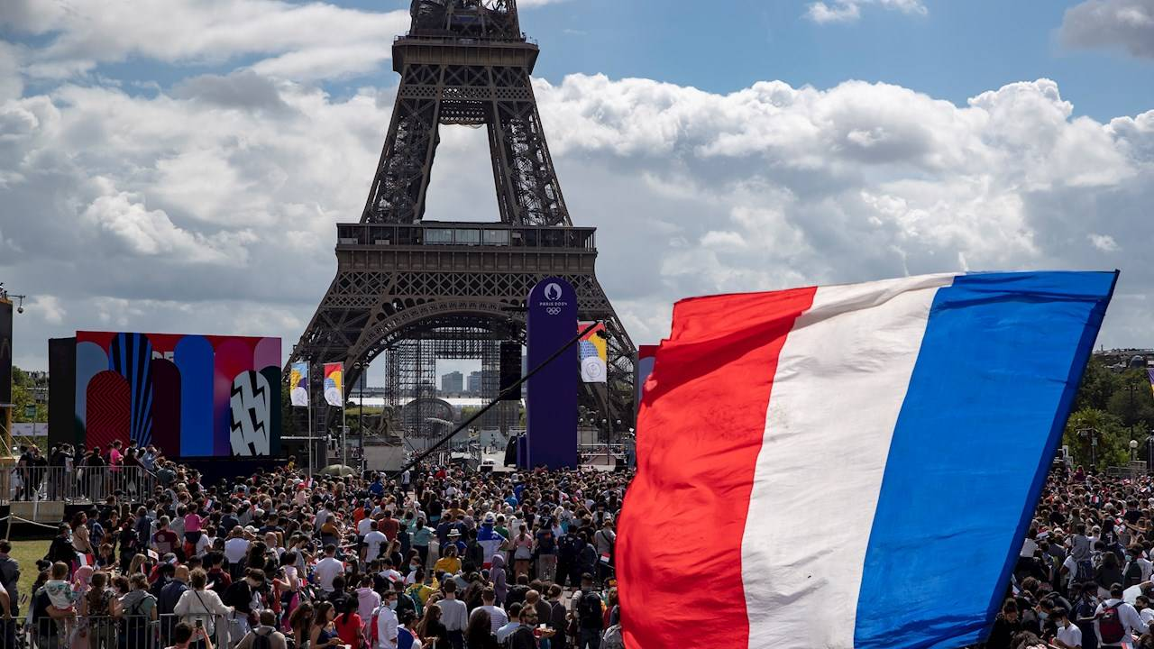 París ondea la bandera olímpica y mira más allá del Covid-19 para 2024
