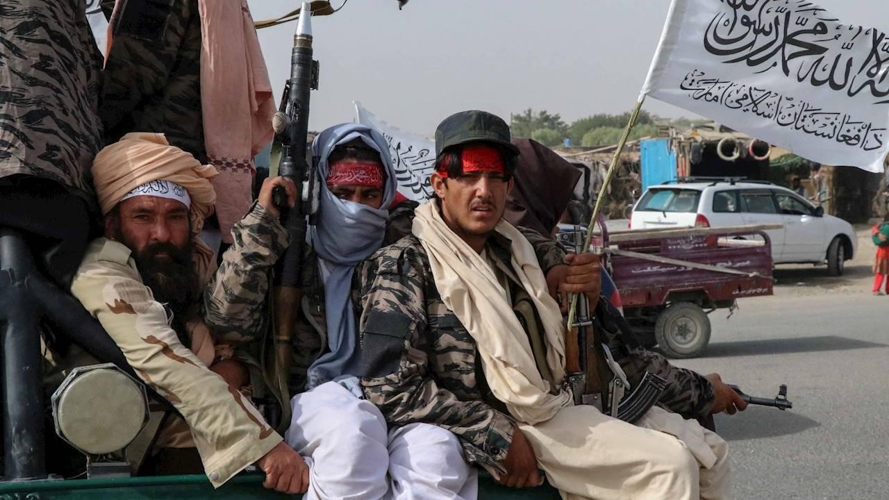 Talibanes matan a 8 miembros del Estado Islámico tras atentados