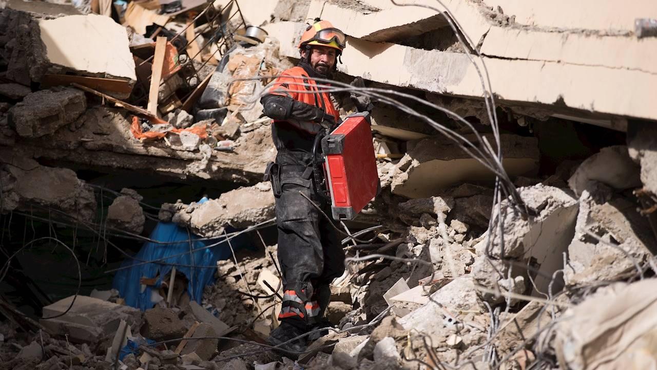 Los Topos mexicanos buscan sobrevivientes del sismo de Haití con un escáner