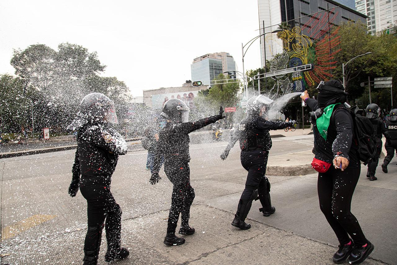 Marchas para golpear y hacer destrozos son actos de conservadores: AMLO