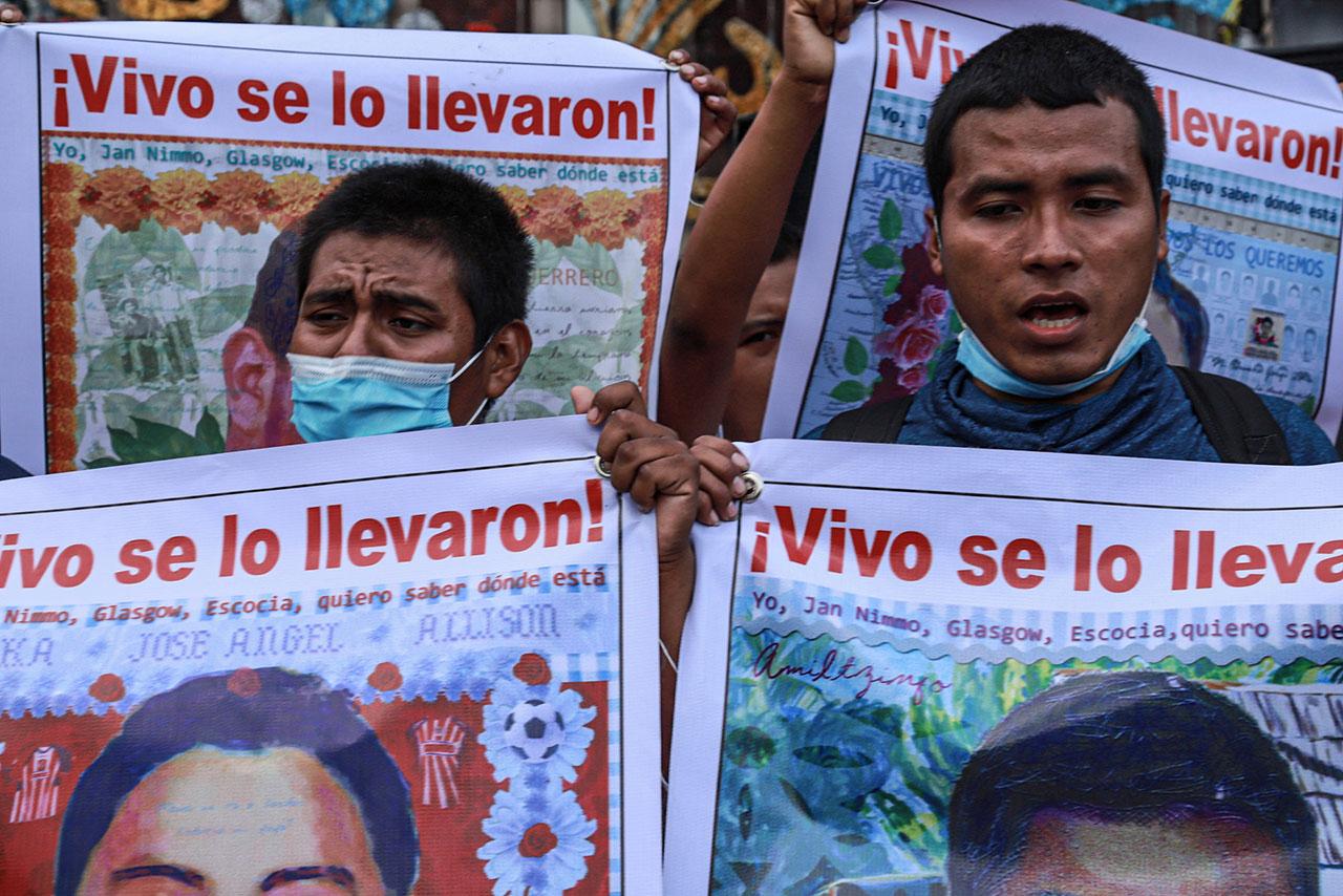 Abogados de normalistas reprueban revelación de información sobre caso Ayotzinapa