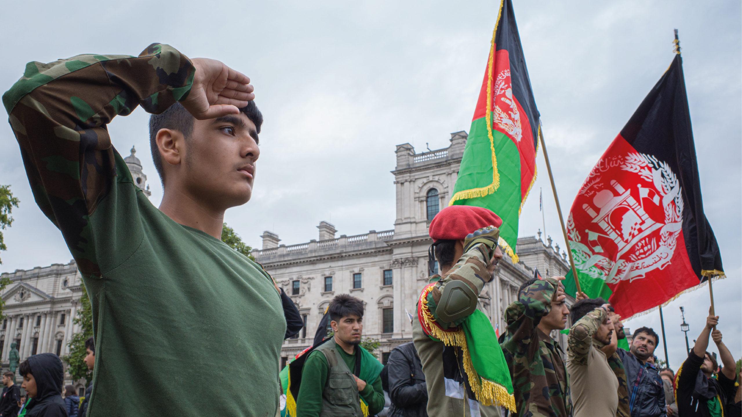 Talibanes prohíben manifestaciones de apoyo a la bandera tricolor afgana