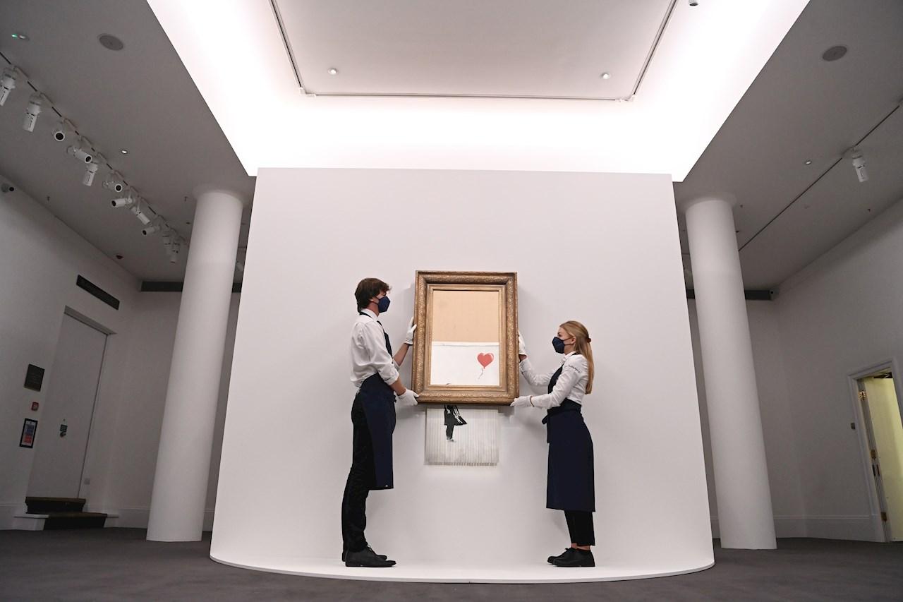 Icónico cuadro de Banksy que se 'autodestruyó' regresa a subasta en Sotheby's