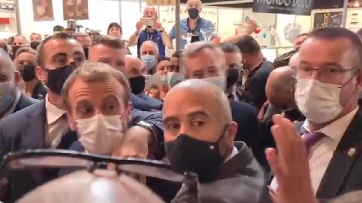 Lanzan huevazo a Macron; '¡viva la revolución!', gritó el agresor
