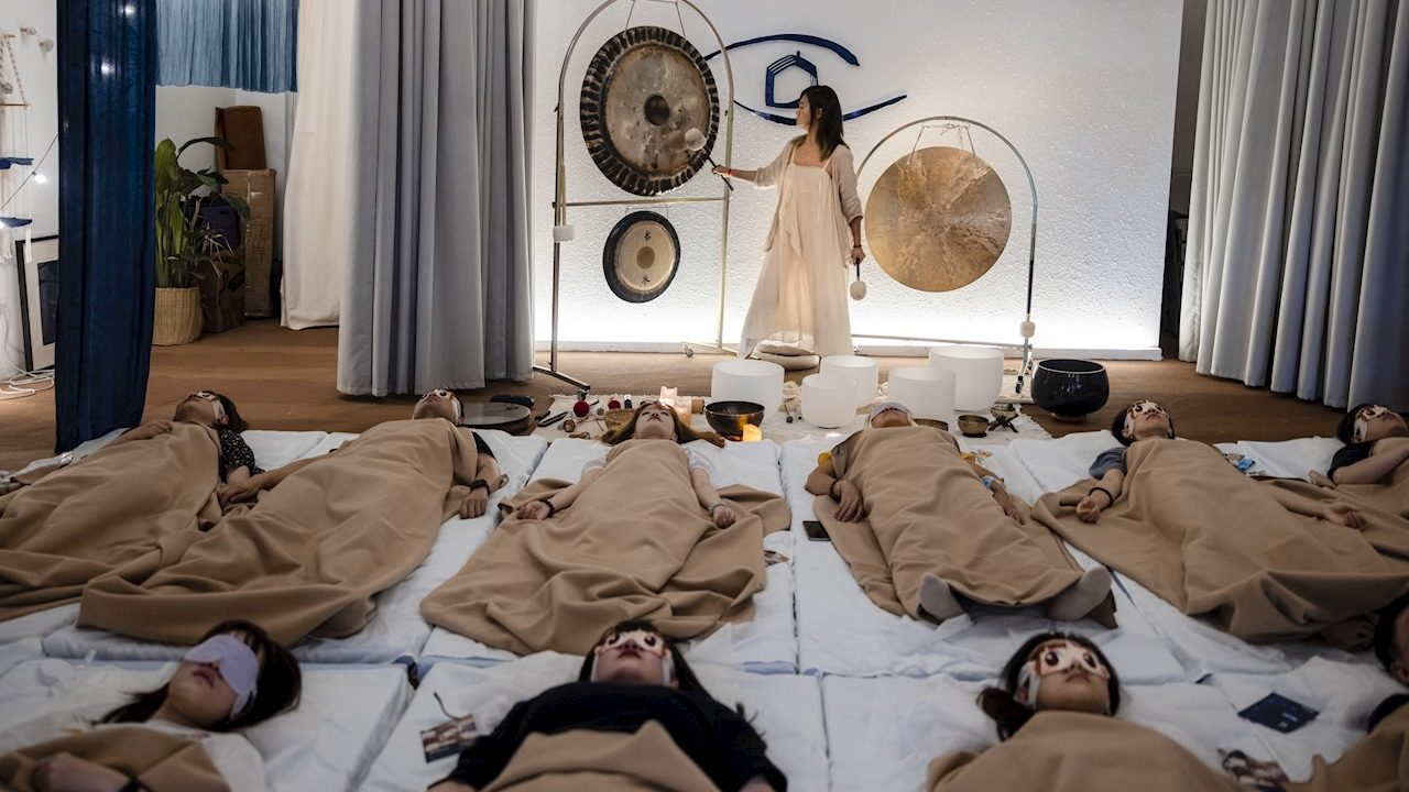 Meditación contra estrés laboral, moda en auge en China