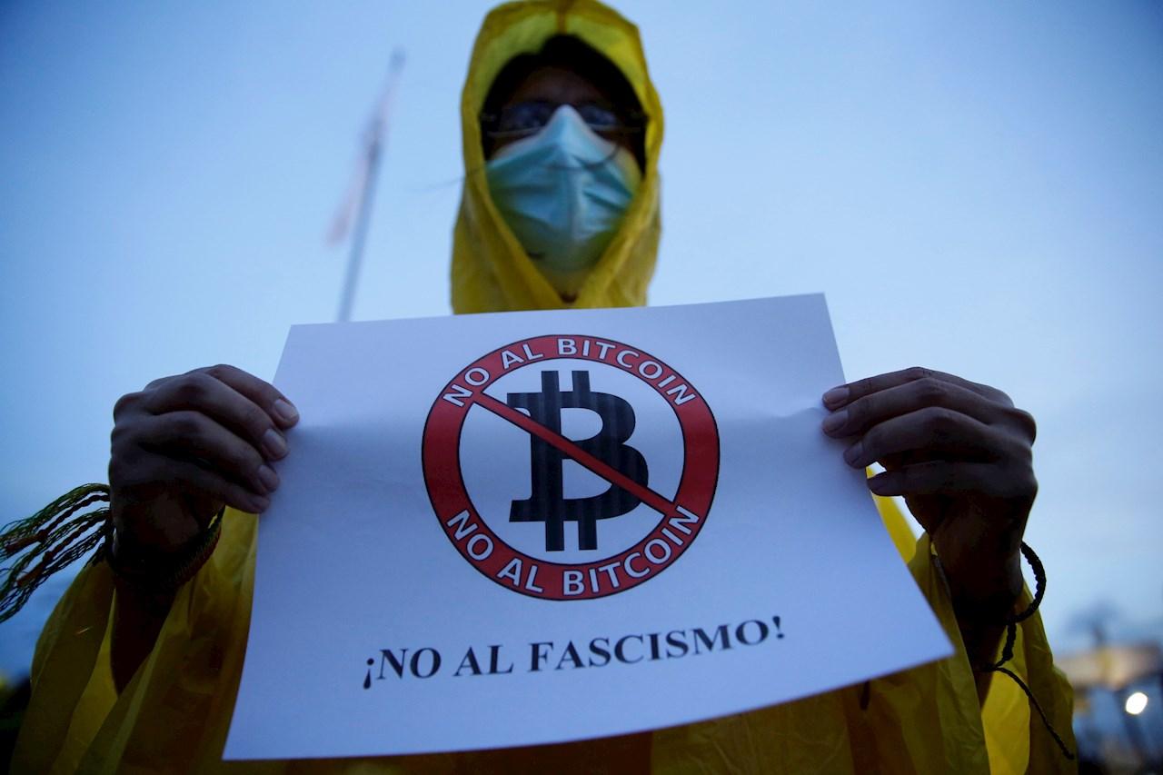 Jóvenes protestan contra el bitcoin en El Salvador y denuncian persecución