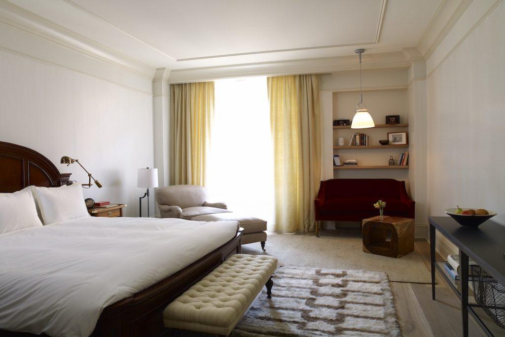Habitación con sofá rojo