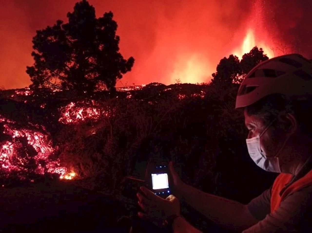 Río de lava arrasa con 166 casas en su camino al mar en isla La Palma, en Canarias