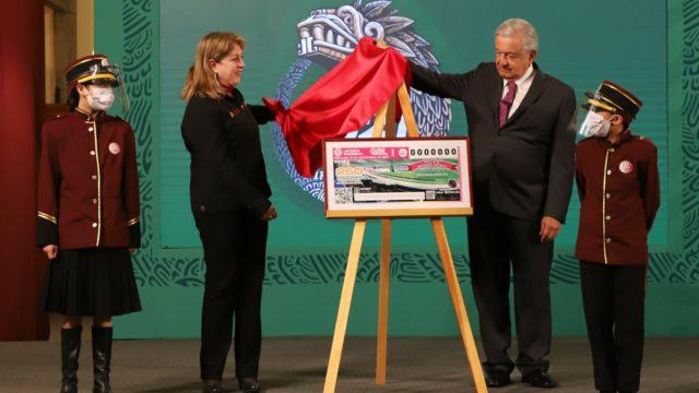 El presidente López Obrador devela cachito para rifa. Foto: Gobierno de México