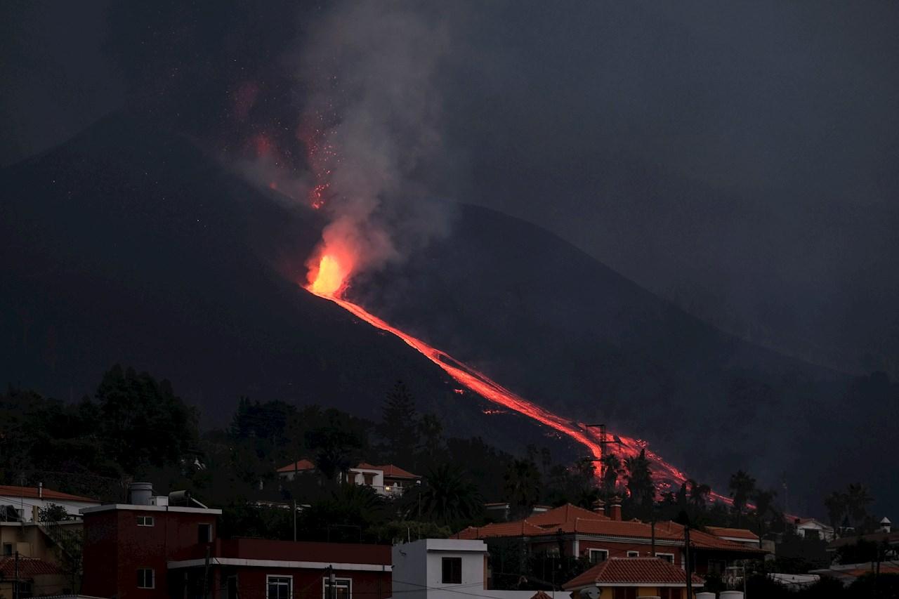 El volcán de La Palma vuelve a rugir mientras la lava se acerca al mar