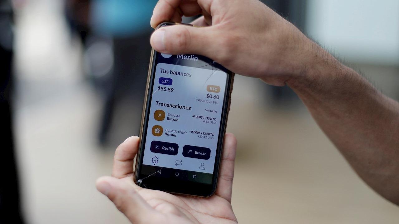 Bukele pide calma ante problemas en billetera para usar el bitcoin