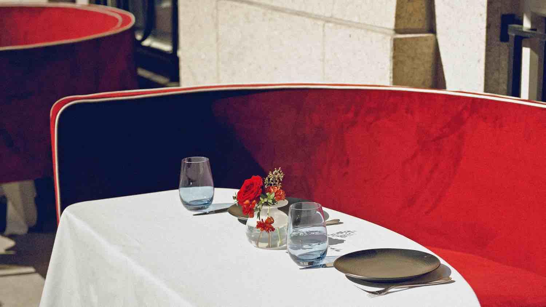 El chef Wolfgang Puck pone la mesa al aire libre en Nueva York