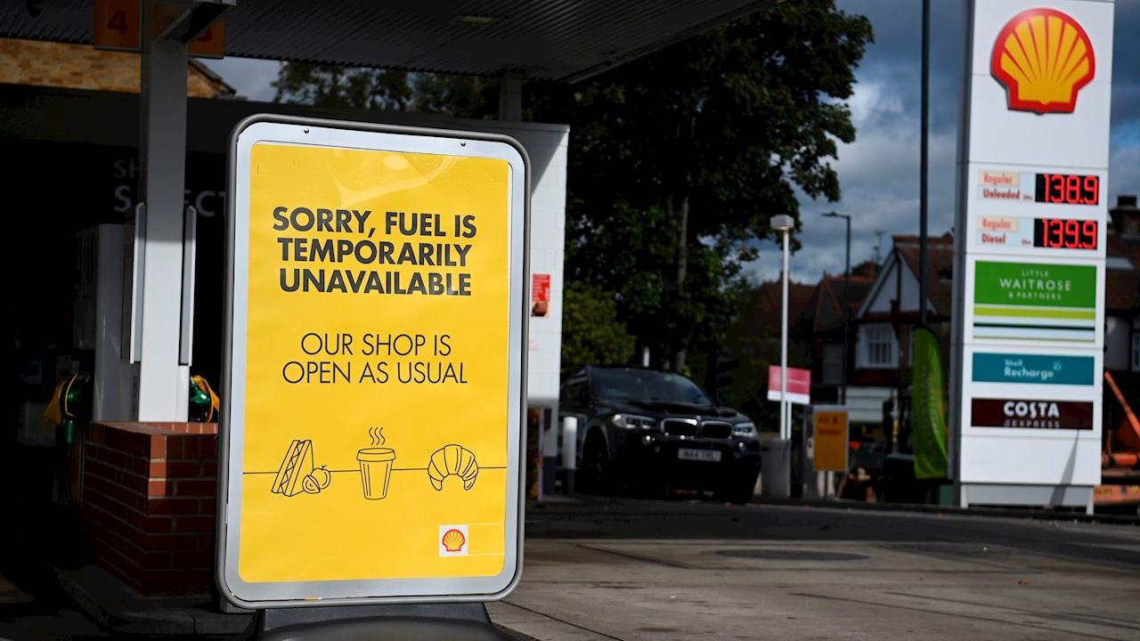 Reino Unido padece escasez y largas filas en gasolineras por compras de pánico