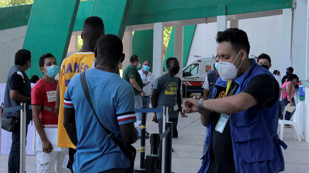 Habilitan estadio en Chiapas para atender solicitudes de refugio de migrantes