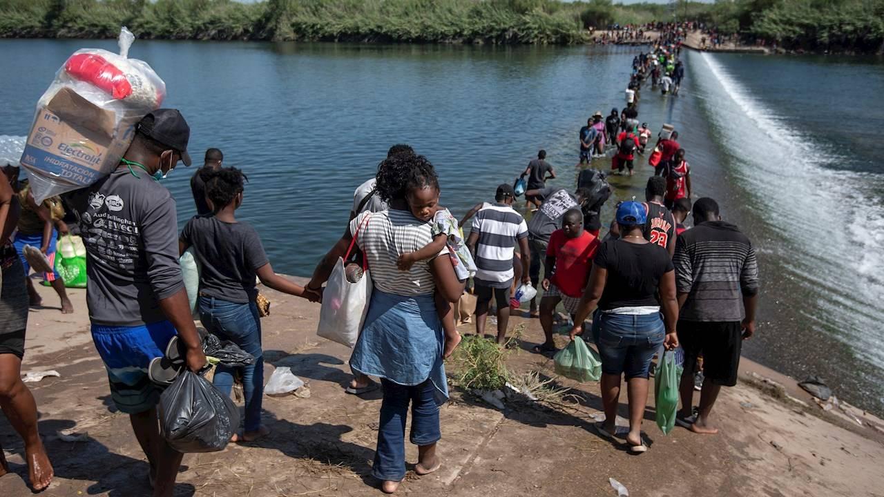 EU y México sacan a haitianos de la frontera; crece presión sobre Biden