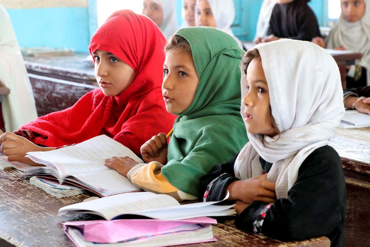 Talibanes prometen que  todas las niñas regresarán 'pronto' a las escuelas