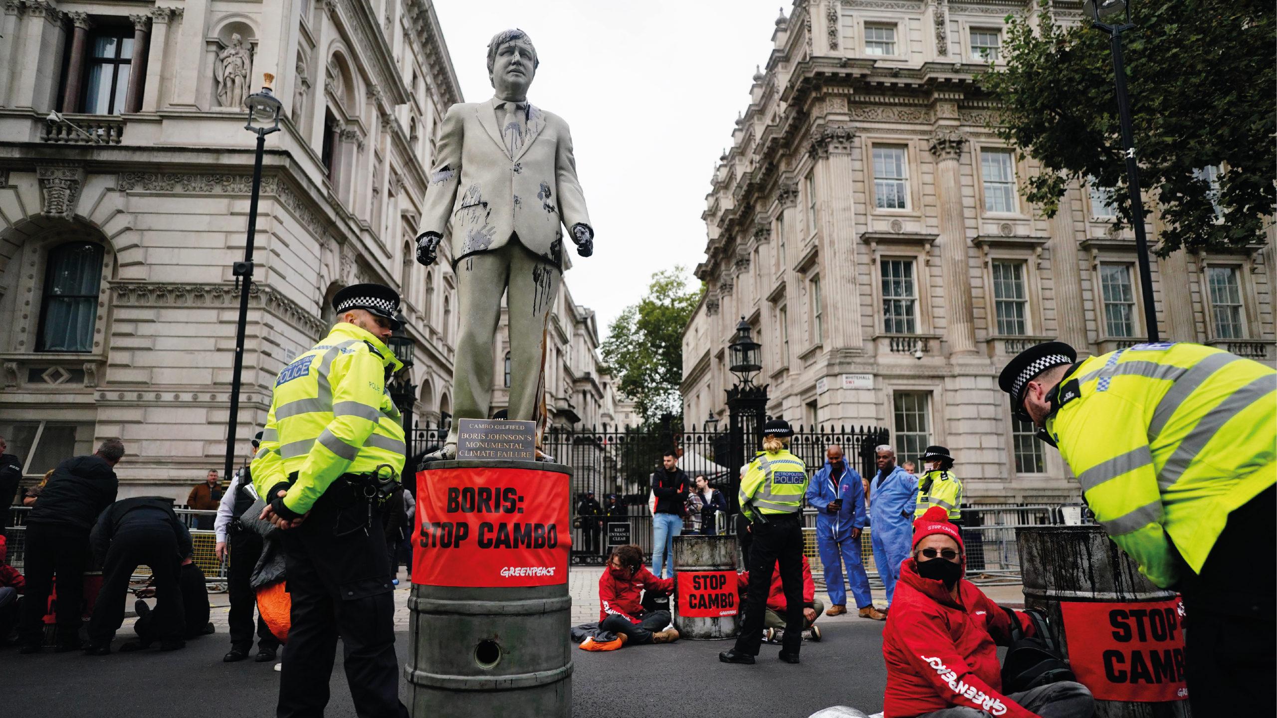 Greenpeace empapa de petróleo una estatua de Boris Johnson