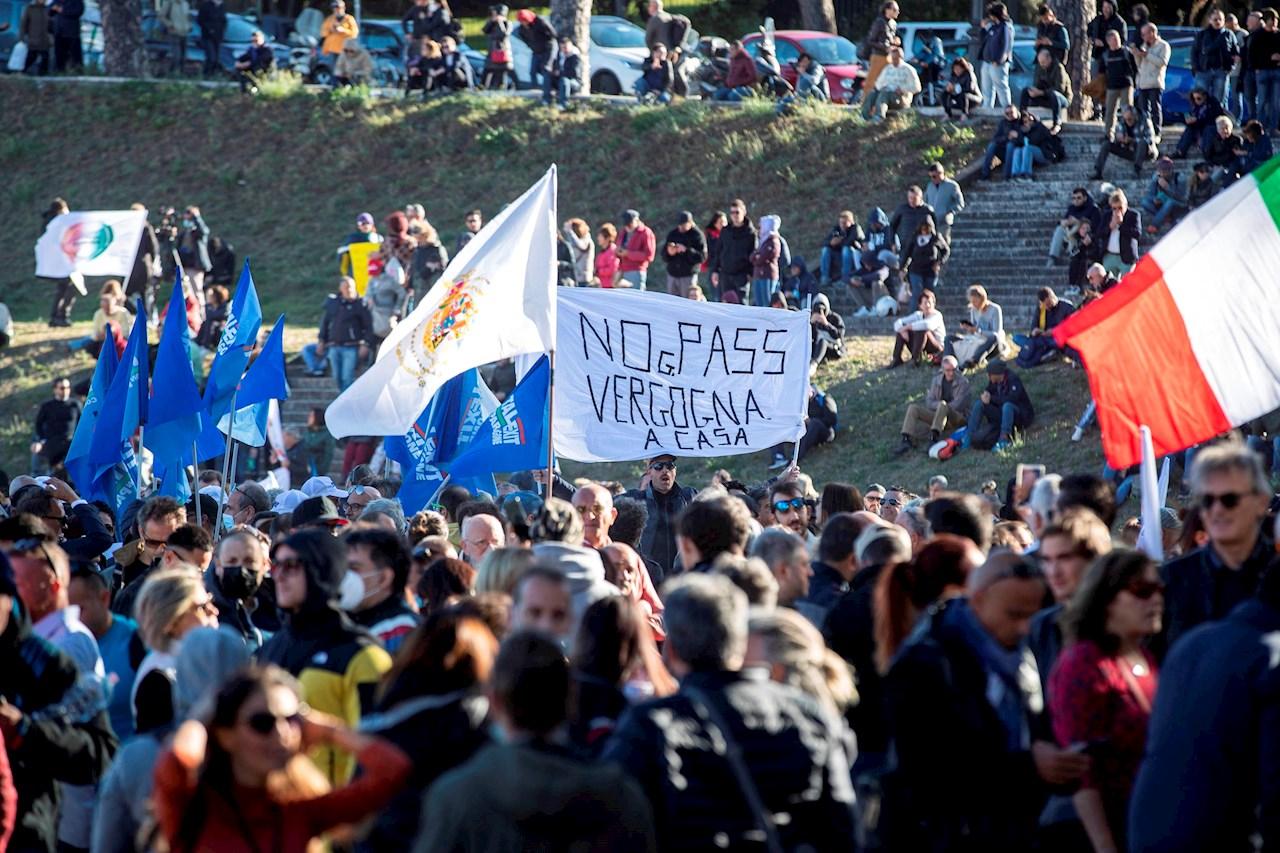 Italia impone pase Covid-19 obligatorio para trabajar, en medio de protestas