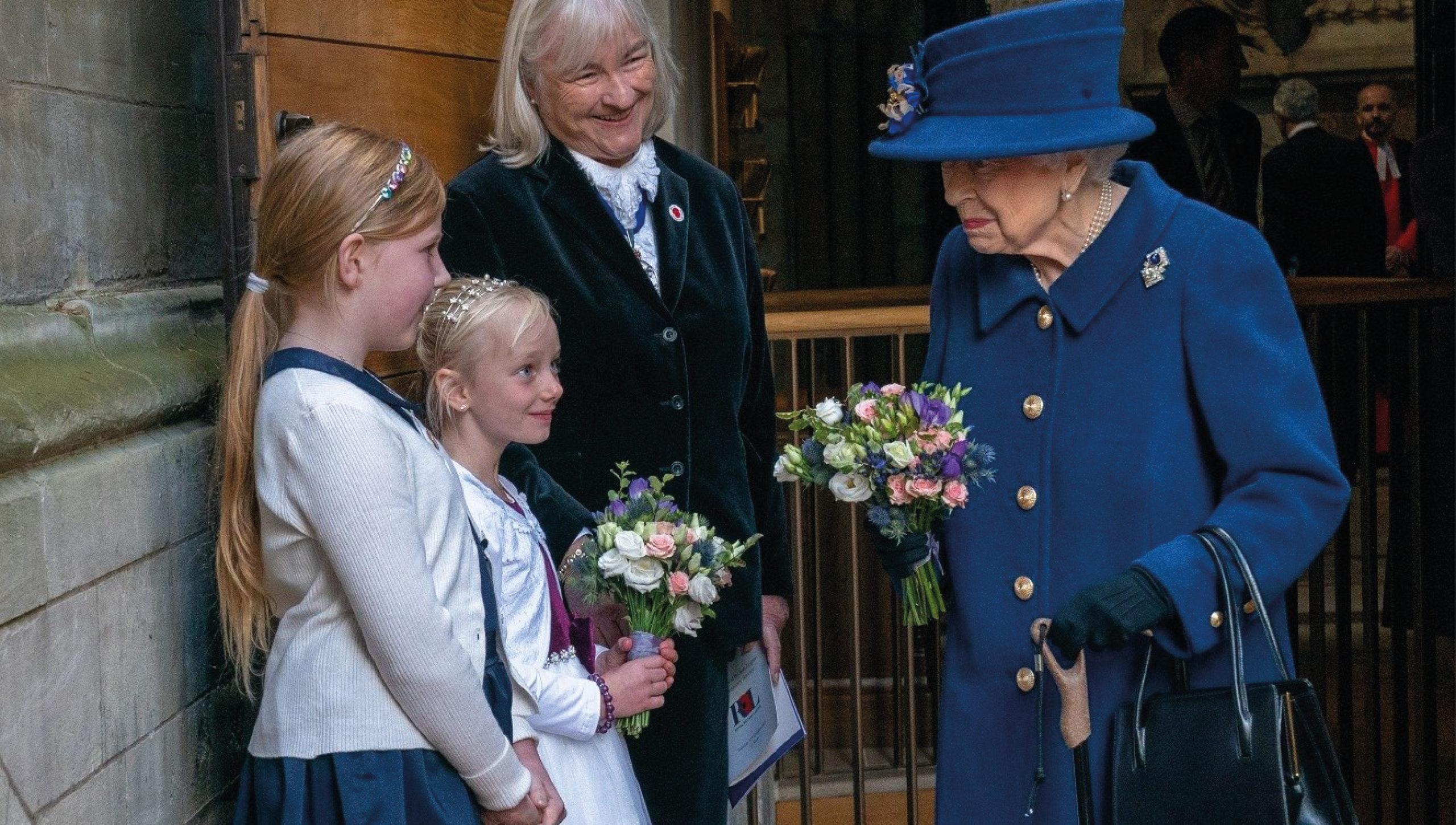 A sus 95, reina Isabel usa un bastón por primera vez en un acto público